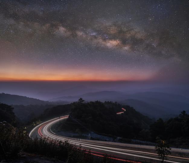 Bella alba e notte stellata con milkway al punto di vista della montagna di inthanon in chiang mai, tailandia