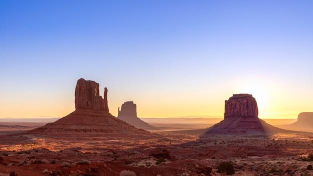 Splendida vista all'alba delle famose buttes della monument valley al confine tra arizona e utah, usa