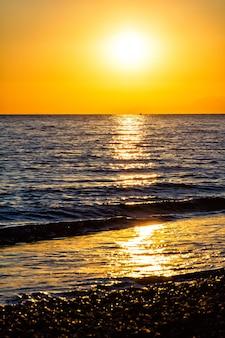 Bel tramonto sulla spiaggia del mar mediterraneo in turchia