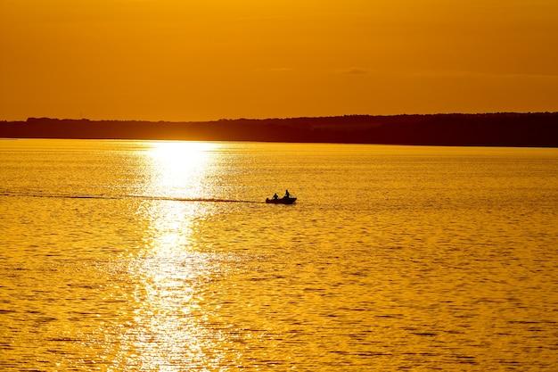 Bel tramonto sopra il grande lago o mare.