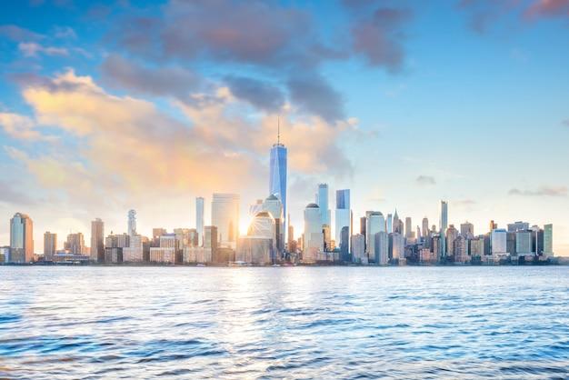 Bel tramonto sul ponte di brooklyn a new york city, stati uniti