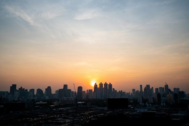 Bellissimo paesaggio urbano al tramonto e grattacieli nel centro della metropoli