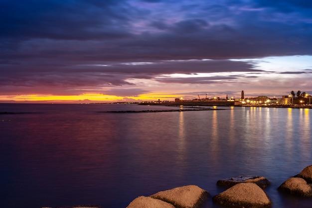 Bel tramonto sulla costa di bari, mare adriatico. paesaggio.