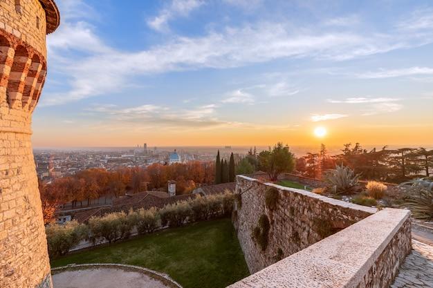 Bellissimo tramonto sul centro storico di brescia. vista dal castello.