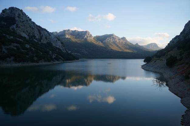 Bel tramonto sul lago el gorg blau nella sierra de tramuntana. palma di maiorca, spagna