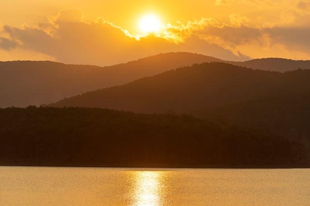 Bello tramonto sopra il lago e le montagne vicino a dalat, vietnam