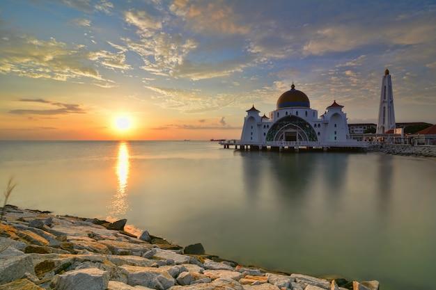 Bel tramonto della moschea dello stretto di malacca, malesia. composizione della natura.