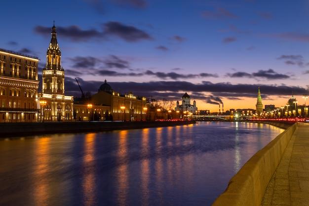 Bel tramonto sull'argine del fiume moskva con una vista del muro del cremlino e la cattedrale di cristo salvatore a mosca, russia
