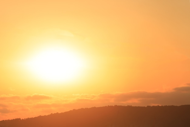 Bel tramonto sulle montagne. foto di alta qualità