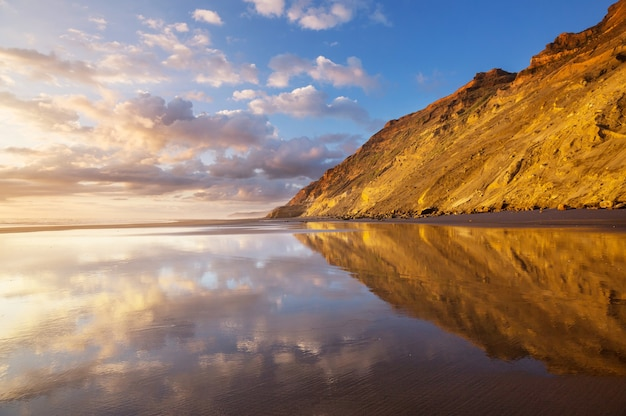 Bel tramonto sull'ocean beach, nuova zelanda.