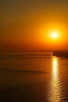 Bellissimo paesaggio all'orizzonte dell'oceano al tramonto. tramonto orizzonte vista mare. vista mare tramonto