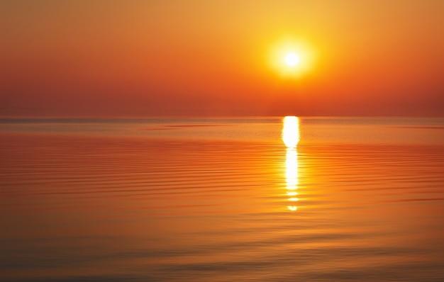 Bel tramonto sull'oceano. alba nel mare