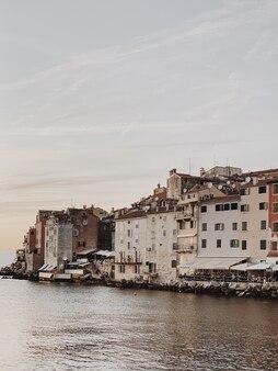 Bel tramonto alla vecchia città colorata rovigno, croazia.
