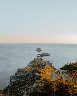 Bel tramonto sulla cima della scogliera di el toro. palma di maiorca, spagna