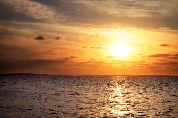 Bel tramonto sul bacino idrico. alba nel mare
