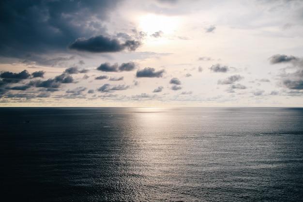 Bel tramonto sopra il mare, sfondo di paesaggio di mare