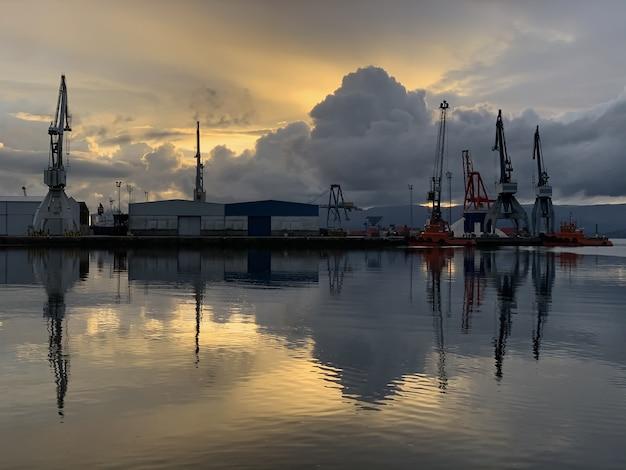Bel tramonto sul porto marittimo paesaggio drammatico, vilagarcia de arousa, galizia, spagna