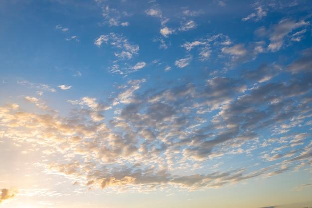 Bel cielo al tramonto sopra le nuvole con luce drammatica.