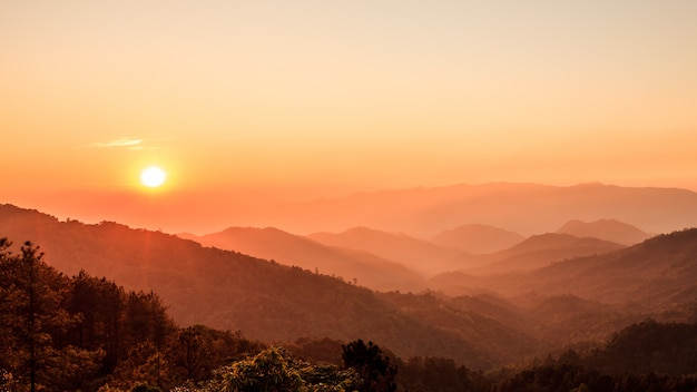 Bello cielo di tramonto sopra la foresta e la montagna in nordico della tailandia