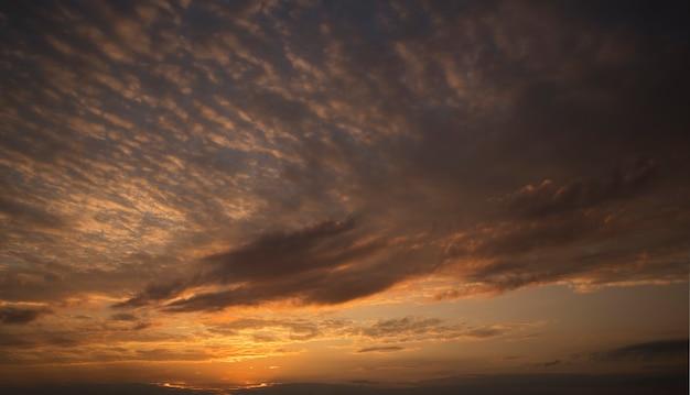 Il bel tramonto nel cielo e tante grandi nuvole scure
