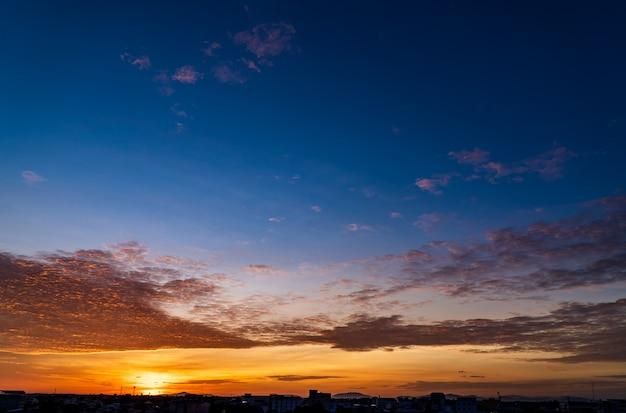 Bel cielo al tramonto al mattino con nuvole colorate all'alba