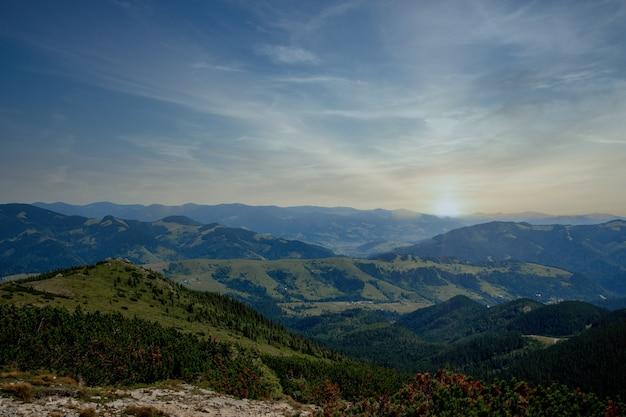 Bel tramonto in primavera in montagna.
