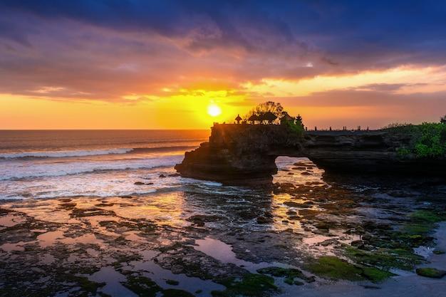Bello tramonto al tempio del loh di tanah in bali, indonesia.