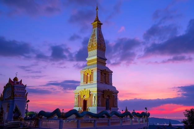 Bellissimo tramonto al monastero di wat doi thepnimit sulla sommità della collina di patong phuket thailandia aprile 16,2021.