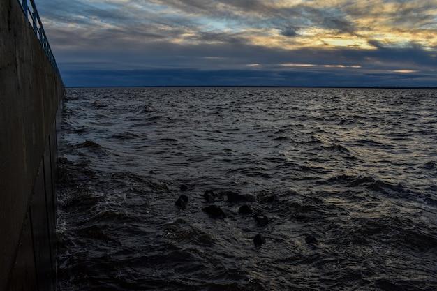Bel tramonto e onde sul fiume volga