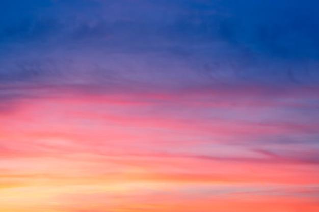 Bel tramonto con nuvole in molti colori alla sera