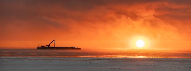 Bel tramonto con nebbia nel mare artico.