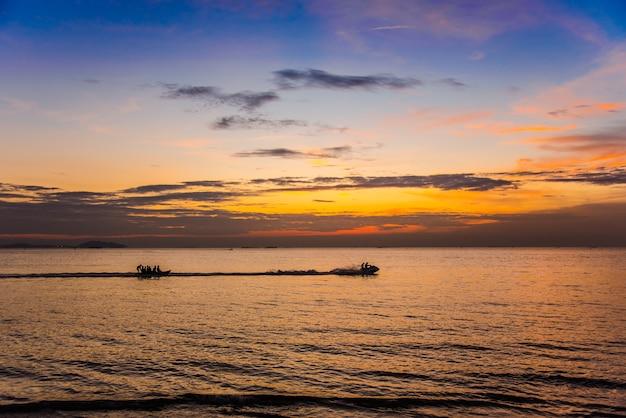 Bel tramonto con jet ski e banana boat.