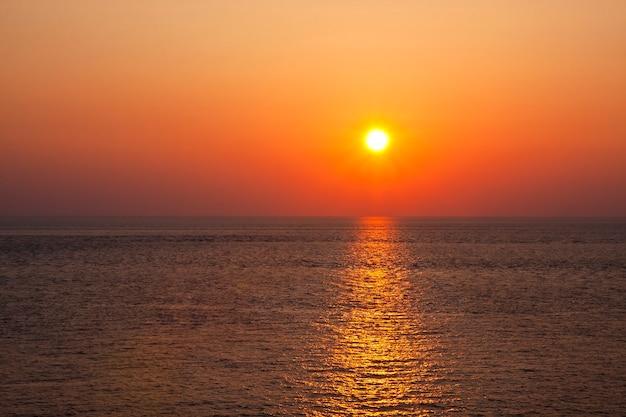 Bellissimo tramonto in giallo come sfondo