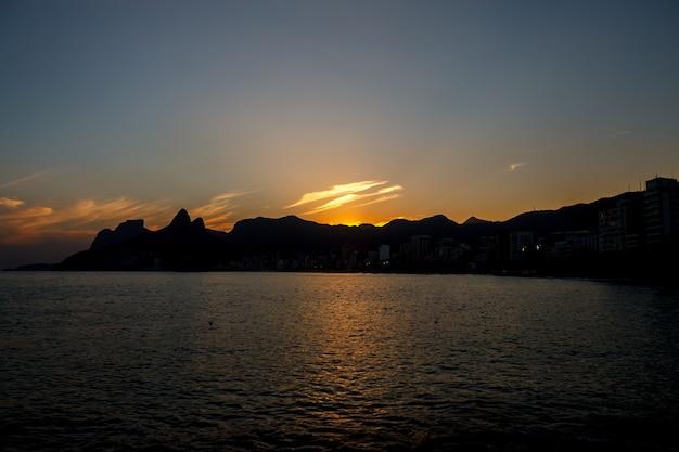 Bellissimi tramonti nei sobborghi di rio de janeiro, brasile