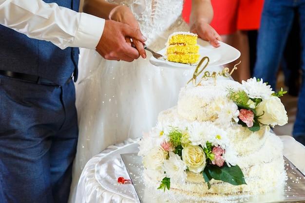 Bellissima e dolcissima torta nuziale per gli sposini