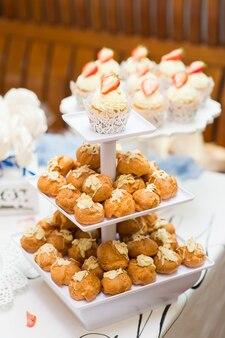 Dessert di bellissimi dolci su un supporto per una festa