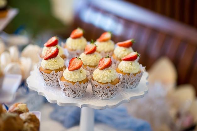 Bellissimo dessert di dolci su un supporto per una festa di matrimonio
