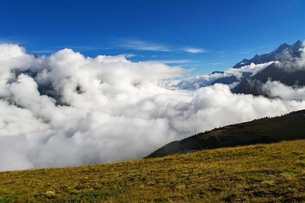 Bellissimo paesaggio delle alpi svizzere con vista sulle montagne in estate