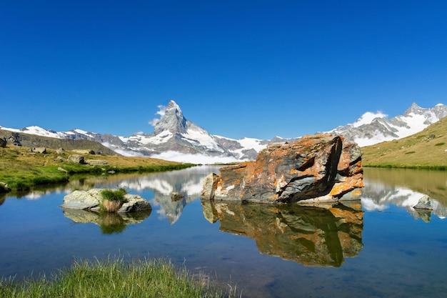 Bellissimo paesaggio delle alpi svizzere con il lago stellisee e la montagna del cervino riflesso nell'acqua, estate vista sulle montagne, zermatt, svizzera