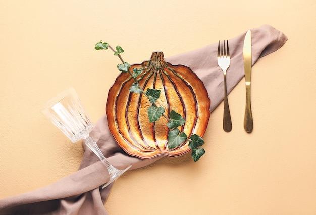 Bella tavola per la celebrazione del giorno del ringraziamento sulla superficie colorata