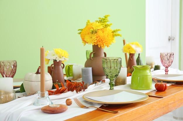 Bella tavola apparecchiata per la celebrazione del giorno del ringraziamento nella sala da pranzo