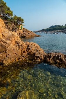 Bella costa di tamariu in un pomeriggio estivo nella città di palafrugell. girona, costa brava nel mediterraneo