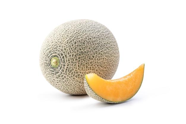 Bella gustosa fresca roccia matura melone cantalupo frutta con semi isolati su bianco.