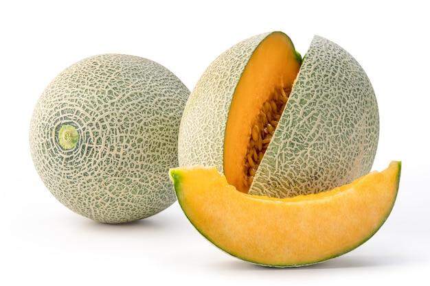 Bella gustoso melone affettato isolato su sfondo bianco da tavola