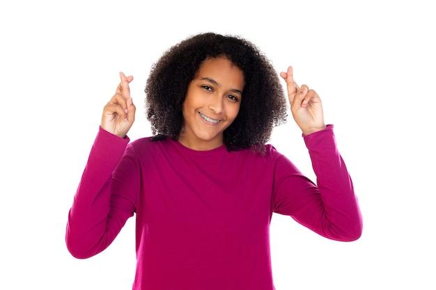 Bella ragazza adolescente con maglione rosa isolato su un muro bianco