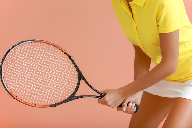Bellissimo giocatore di tennis sul colore