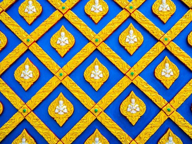 Bello fondo della parete dello stucco di arte tailandese. close up stile tailandese di bassorilievo stucco senza giunture.