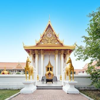 Il bellissimo tempio buddista thailandese è un luogo sacro per il popolo thailandese.