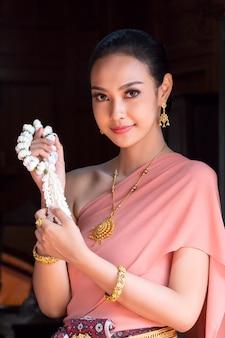 Bella ragazza tailandese in costume tradizionale vestito al tempio tailandese posto,