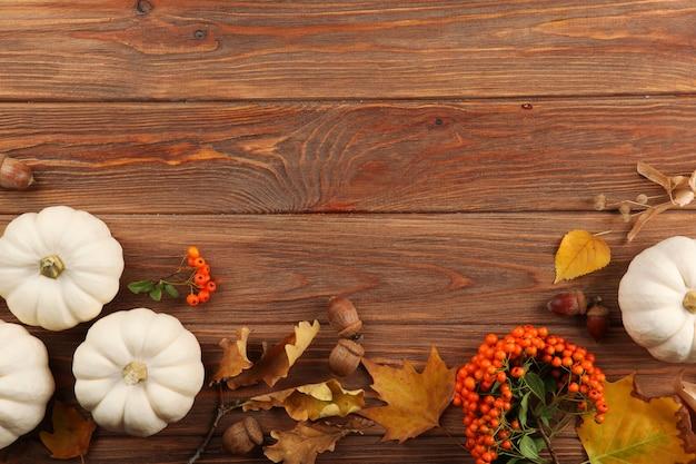 Bellissimo sfondo del ringraziamento vista dall'alto su un primo piano di sfondo chiaro